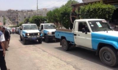 اطقمم إب : ضبط 3 اشخاص بحوزتهم وثائق عن الجرائم الارهابية في المحافظة واجهزة اتصالات ومتفجرات