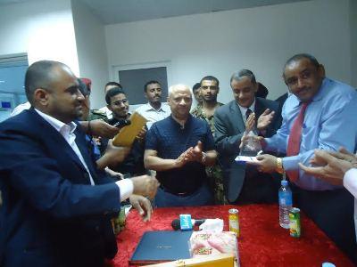 الاقصى الحديدة: وزير الصحة يكرم مستشفى الأقصى التخصصي  بدرع المستشفى المثالي للعام 2013
