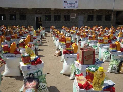 التواصل3 مؤسسة التواصل توزع 300 سلة غذائية في مديرية التحيتا بالحديدة
