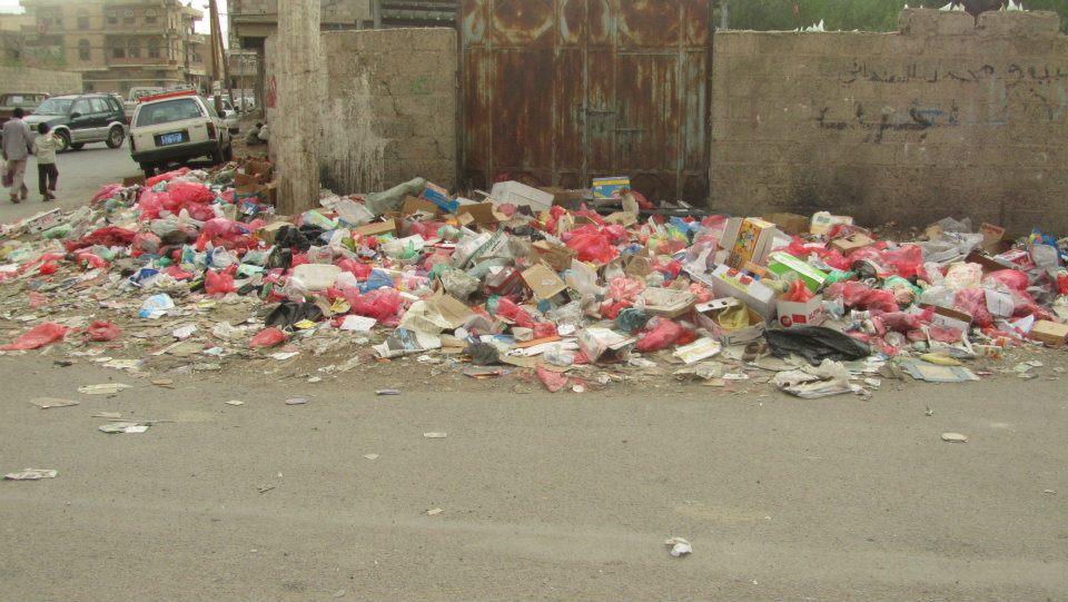 الحديدة(7) الحديدة:عمال النظافة يواصلون اضرابهم والمجلس المحلي يقر تنفيذ حملة واسعة للنظافة