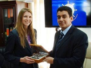 السفيرة البريطانية مع رئيس مجلس الأدارة 300x225 رئيس مؤسسة موانئ البحر الأحمر اليمنية : ميناء الحديدة مقبل على مشروع تطويري بكلفة (307) ملايين دولار