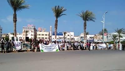 المينا1 أبناء مديرية الميناء بالحديدة ينفذون وقفة احتجاجية للتنديد باستمرار العدوان