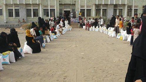 الورد مؤسسة الورود الانسانية الخيرية توزع مساعدات غذائية وملابس للنازحين والمحتاجين في الحديدة