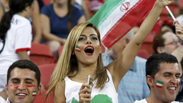 ايرانيات بلاتر يطالب إيران بدخول النساء إلى الملاعب