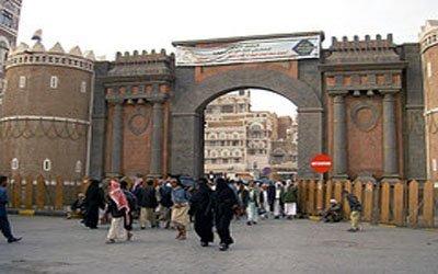 باب الأجهزة الأمنية تبطل عبوة ناسفة قبل إنفجارها أمام قسم الشرطة في باب اليمن