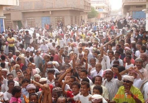 باجل(1) مواطنون في باجل يتظاهرون للمطالبة بمحاسبة مسئولين استولوا على معونات الإمارات
