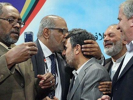 بحرين معارض بحريني بارز يقبل جبين أحمدي نجاد