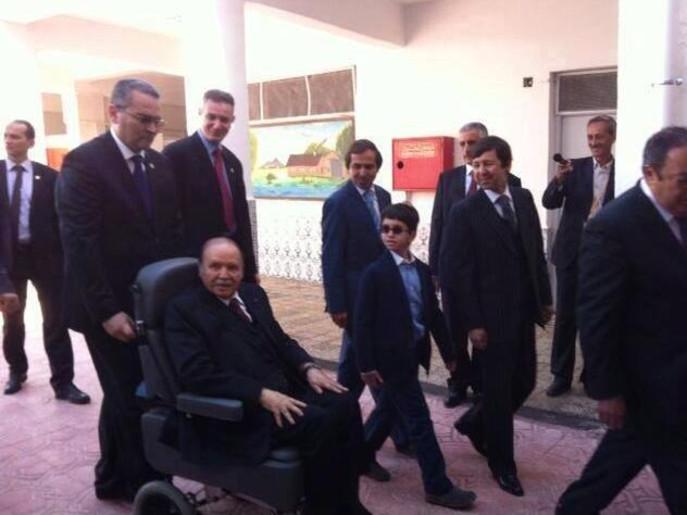 تفليقه (صور)الجزائر.. بوتفليقة يدلي بصوته على كرسي متحرك