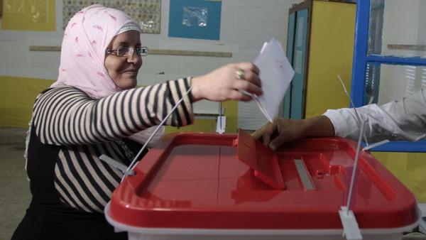 تونسس تونس: حملة السبسي تعلن فوزه وحملة المرزوقي تعترض
