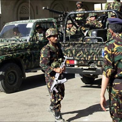 رجال الأجهزة الأمنية بالحديدة تلقي القبض على متهمين بجرائم قتل