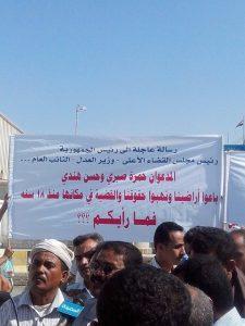 صورة من الاحتجاجات 225x300 عمال وموظفي شركة النفط يتظاهرون للمطالبة بمحاكمة ناهبي أراضي المشروع السكني الخاص بهم