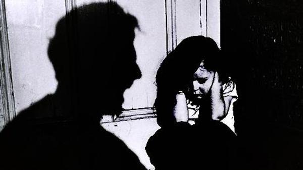 طفله1 قروية مصرية تخدر طفلتها وتقدمها وليمة جنسية لعشيقها
