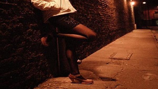 عار منحرفة تروج لصورها العارية في مكة المكرمة
