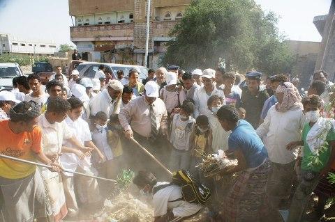 عطية(6) محافظ الحديدة يدشن حملة نظافة بمديرية المنصورية