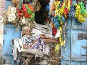 علي زنبقة رجل طاعن في السن يتجاوز عمرة 120 عاماً 300x225 الفقر يدفع برجل طاعن في السن الى العمل في بيع الحبال بالحديدة