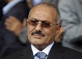 فهرس2 الرئيس السابق صالح يفتش مرافقيه خشية تعرضه للإغتيال