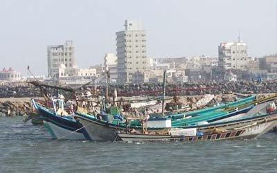 قوراب خفر السواحل بالحديدة تنقذ 10 صيادين من موت محقق في عرض الب
