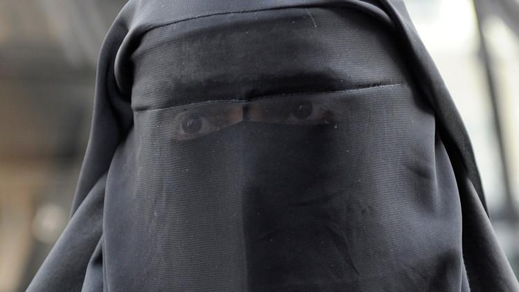 محجبه بلجيكا...مسؤول يرفع نقاب أميرة قطرية في الشارع