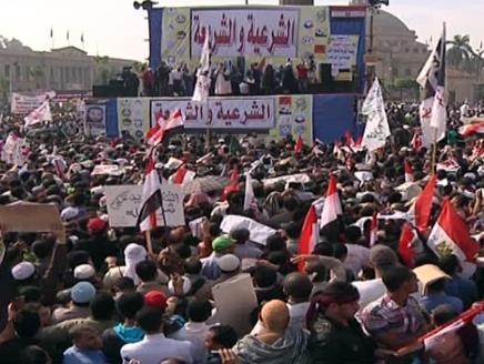 مصر(3) مرسي يتسلم مشروع الدستور وسط مظاهرات إسلامية حاشدة