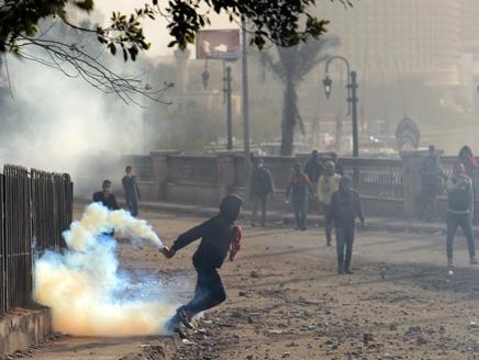 مصر(6) مدن القناة تتحدى حظر التجوال باشتباكات ومسيرات ضد مرسي