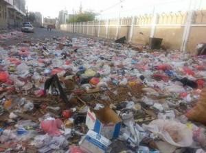 ملعب العلفي 222 300x224 القمائم تحاصر وتهدد ملعب الشهيد العلفي بالحديدة !!