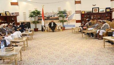 هادي11 رئيس الجمهورية يستقبل عدد من المشائخ والشخصيات الاجتماعية من محافظات مأرب والجوف والبيضاء