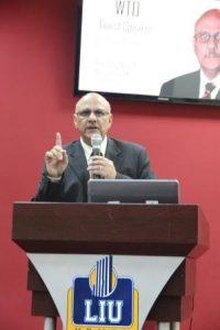 وزير التجارة في محاضرة بالجامعة اللبنانية 200x300 وزير الصناعة يشخص التحديات التي تواجه خريجي الجامعات في ظل العولمة