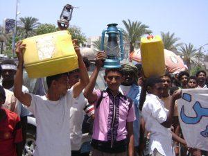 ييي 300x225 مجلسي شباب الثورة السلمية والمستقل بالحديدة ينظمون وقفة أحتجاجية للمطالبة بالعدول عن الجرعة السعرية للمشتقات النفطية