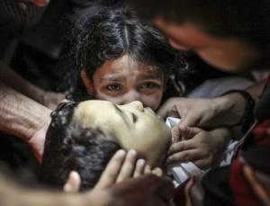 0000000445400000 300x229 في الحديدة اليمنية.. جثث الأطفال تُحمل بشاحنات الدجاج !