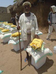 00006 225x300 مؤسسة العاطف تدشن توزيع (185) سلة غذائية على الفقراء والمساكين بمديرية السخنة