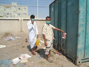 04 12 13 5704804 حاوية مبيدات سامة ومحرمة دولياً تهدد حياة السكان في حي الستين بالحديدة