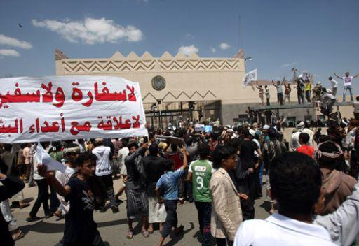 1(1) صنعاء : إقتحام مقر السفارة الأمريكية واستمرار المناوشات في محيطها ووفاة شخص