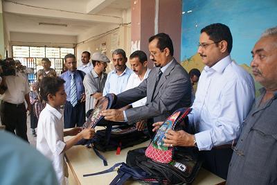1(17) توزيع أكثر من 5800 حقيبة مدرسية بمديرية الميناء بالحديدة