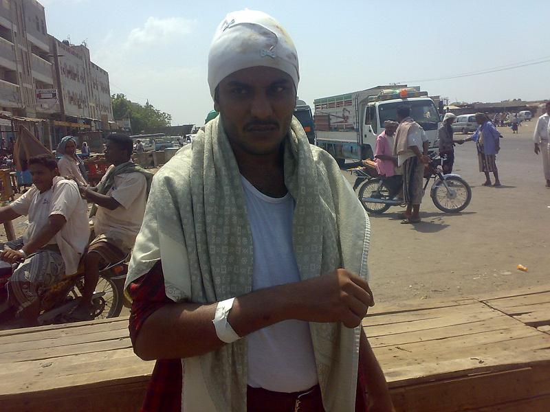 1(25) محتجون بكيلو 16 يقطعون طريق صنعاء   الحديدة  للمطالبة بمحاسبة جنود من الحرس الجمهوري