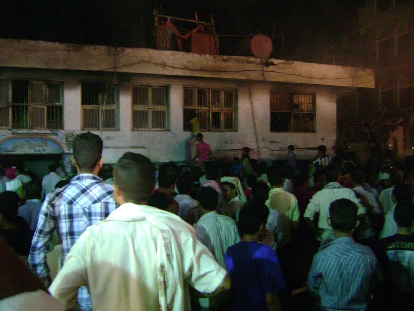 1(34) الحديدة : إصابة رجل إطفاء ساهم في إخماد حريق شب في عدد من المخازن التجارية بسوق عثمان