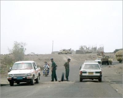 1(47)  الحديدة : أمن الخوخة يضبط متهم فار من وجه العدالة في قضايا أعتداء مسلح على مواطنين