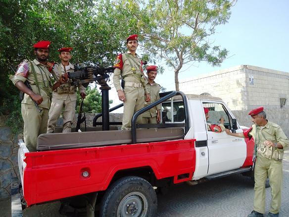 1(75) ضباط وافراد من الشرطة العسكرية بالحديدة يعتدون على جنود  الفرن العسكري