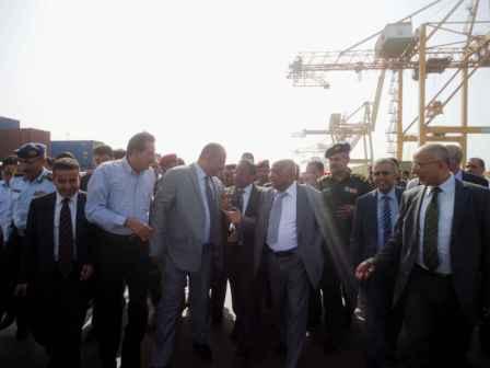 1(97) رئيس الوزراء يزور ميناء الحديدة يؤكد على دعم تعميق الميناء وانشاء أرصفة جديدة