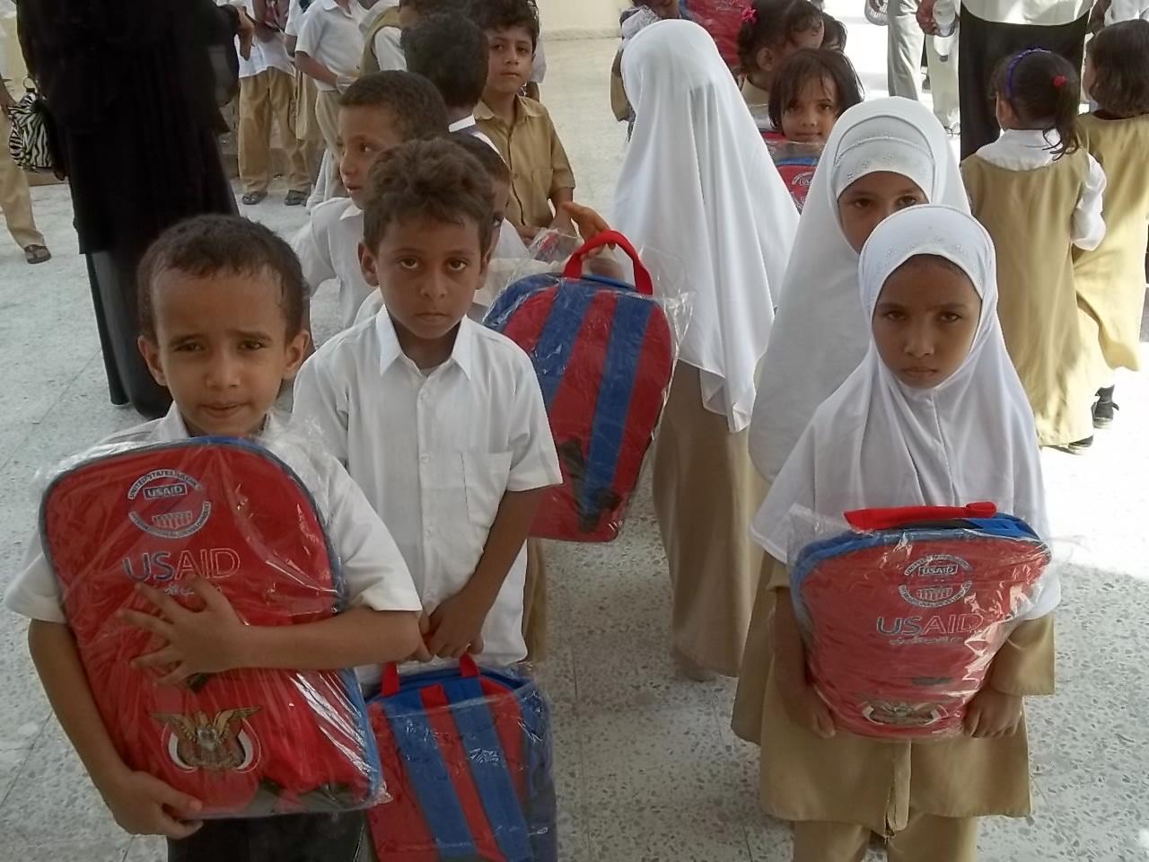 100 1020  تدشين توزيع الحقيبة المدرسية بمحافظة الحديدة
