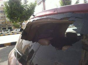 10486909 1498537150380199 256935093 n 300x224  صنعاء : تعرض سيارة رئيس وحدة الشفافية ومكافحة الفساد للإعتداء