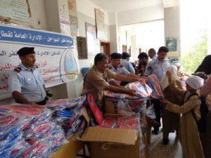 1128 300x225 توزيع 10ألف حقيبة مدرسية و5 ألف سترة نجاة للصيادين وابنائهم بالحديدة