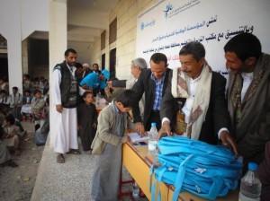 1163 300x224 صعدة : حملة اشتقت لمدرستي توزع 3350 حقيبة مدرسية وقرطاسية وألعاب رياضية لعدد 12 مدرسية