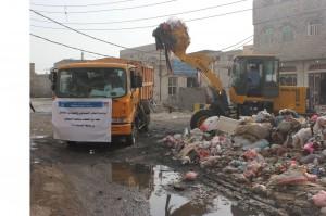 12050457 1708241362743698 75818996 o 300x199 الإغاثة الإسلامية تنفذ حملة لرفع المخلفات من شوارع مدينة الحديدة