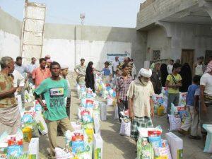 1245 300x225 مؤسسة المشكاة توزع 300 سلة غذائية للأسر الفقيرة والمتضررة من الأحداث في الحديدة