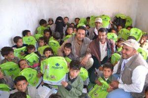 1269 300x200 ضمن حملة ساعدني كي أتعلم .. (منى) تدشن توزيع 3000 حقيبة مدرسية