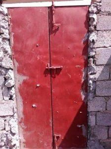 2 11 225x300 مسلحون يمطرون منزل أحد المواطنين بالرصاص بحي الزعفران بالحديدة