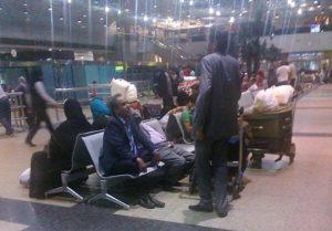 2015 04 05 10617 300x209 يمنيون عالقون في مطارات العالميستغوثون