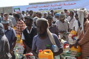 2164 300x200 «الكويتية للإغاثة» توزع 5000 سلة غذائية على الأسر الفقيرة والمتضررين من الأزمة في الحديدة