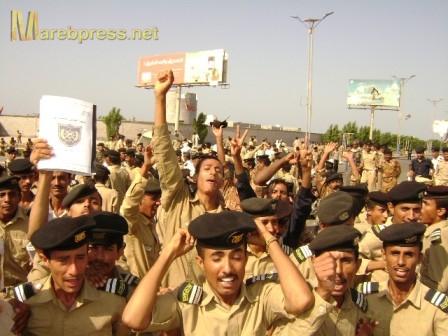 22(7) الحديدة : ضابط في القوات البحرية يحاول الاستيلاء على شارع عام والمواطنون يشكون
