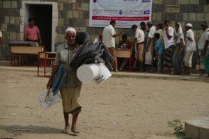 2237 300x200 مؤسسة العاطف تدشن توزيع المساعدات الإيوائية للنازحين بمديرية السخنة بالحديدة